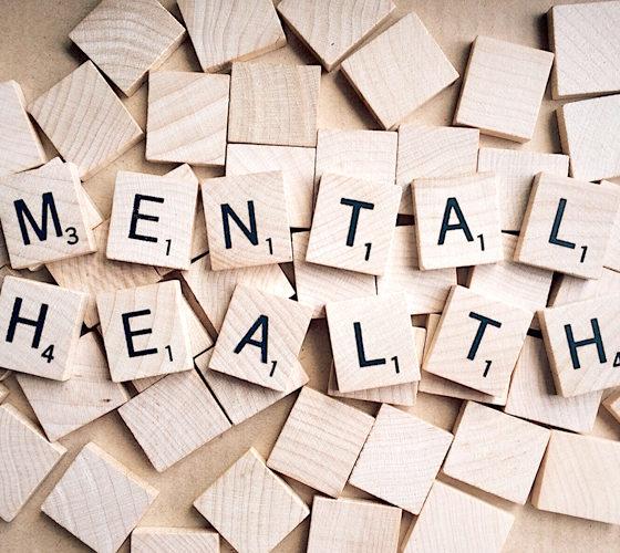 Holzteile mit Schriftzug Mental Health 3