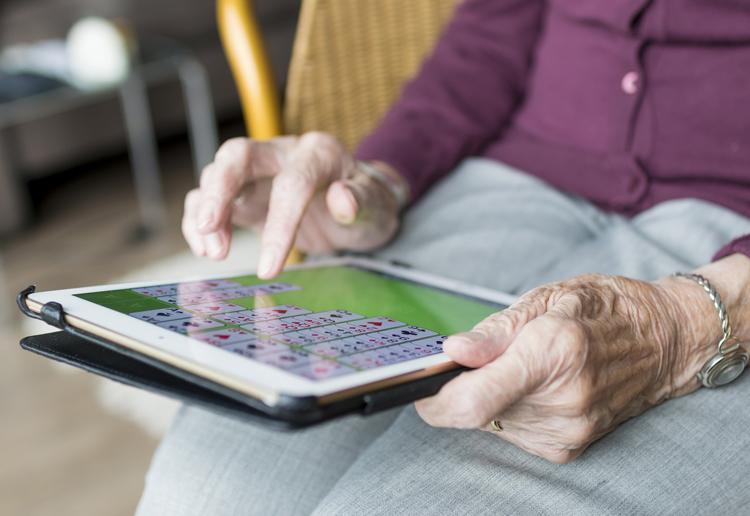Seniorin mit Tablet