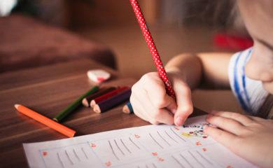 Kind schreibt mir Bleistift