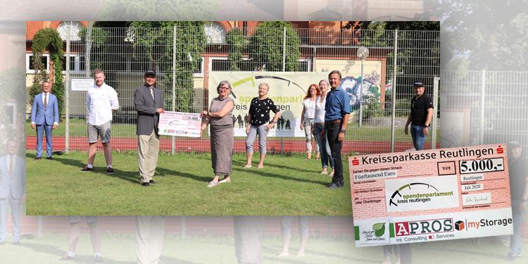 Gruppenfoto zur Spenden des Mentorenkreis an das Spendenparlament